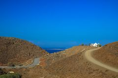 Één Griekse kerk bovenop de heuvel royalty-vrije stock afbeeldingen