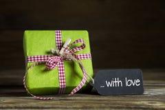 Één groen heden met rood wit gecontroleerd lint voor Kerstmis of Royalty-vrije Stock Foto's