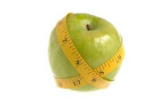 Één groene appel met het meten van geïsoleerde band Stock Foto