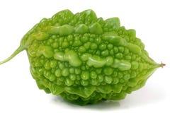 Één groene bittere die meloen of momordica op witte achtergrond wordt geïsoleerd stock fotografie