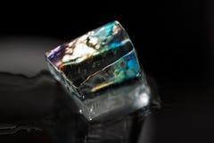 Één groot kleurrijk die ijsblokje op zwarte wordt geïsoleerd Royalty-vrije Stock Foto's