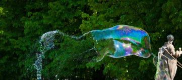 Één grote die zeepbel vlak vóór de onderbreking wordt gevangen royalty-vrije stock foto's