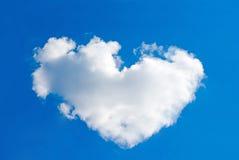 Één grote wolk kijkt als een hart stock foto