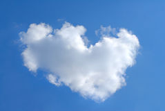 Één grote wolk kijkt als een hart royalty-vrije stock foto