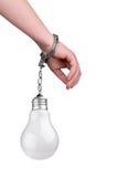 Één hand die aan een gloeiende lightbulb @ de handboeien om:doen Stock Foto's