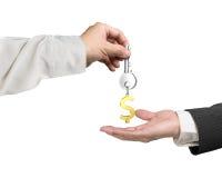 Één hand die de zeer belangrijke sleutelring van het dollarteken geven aan een andere 3D hand, trekt uit Royalty-vrije Stock Foto's