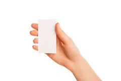 Één hand die een wit stuk van karton houden Royalty-vrije Stock Afbeeldingen