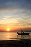Één het Silhouet en het strand van de Vissersboot Stock Afbeeldingen