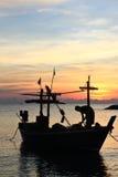 Één het Silhouet van de Vissersboot en van de visser Stock Foto