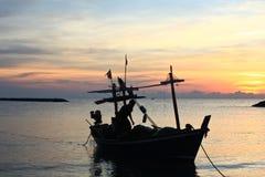 Één het Silhouet van de Vissersboot en van de visser in overzees Stock Fotografie