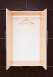 Één houten kleerhanger op klerenspoor in de kast leeg royalty-vrije stock fotografie
