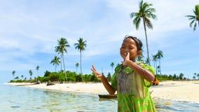 Één inheems kind die van haar genieten die op strand dansen Stock Foto