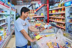 Één Iraanse koper maakt een aankoop bij supermarkt, Shiraz, Iran Royalty-vrije Stock Afbeeldingen