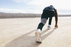 Één jonge Afrikaanse spier bouwt de mens bij de aanvang stelt Stock Foto