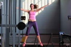 Één jonge gelukkige vrouwensprong Stock Foto's