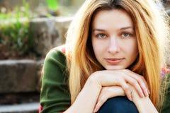 Één jonge mooie vrouw openlucht Stock Foto's