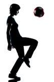 Één jonge tienerjongen het jongleren met voetbalvoetbal Royalty-vrije Stock Afbeelding