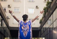 Één, jonge volwassen, zwarte Afrikaanse Amerikaanse vrouw, 20-29 jaar, wapen Stock Foto