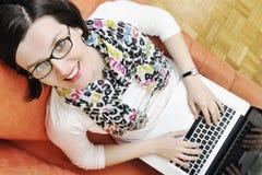 Één jonge vrouw die aan laptop werkt royalty-vrije stock afbeeldingen