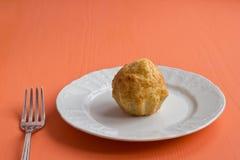 Één kaasmuffin op een plaat Royalty-vrije Stock Foto