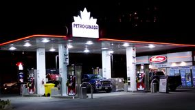 Één kant van Petro Canada-benzinestation stock video