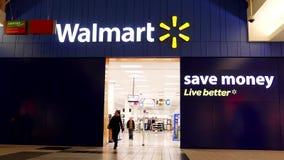 Één kant van Walmart-opslagingang