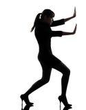 Bedrijfs vrouwen duwend silhouet Stock Afbeeldingen