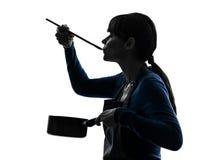 Kokend proevend de steelpansilhouet van de vrouw Royalty-vrije Stock Afbeelding