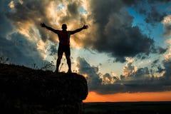 Één kerel die zich op een rots bevinden Stock Afbeeldingen