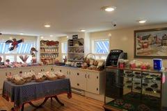 Één keurig geschikte die ruimte met verleidende snoepjes, Perkins Cove Candies, Perkins Cove, Maine, 2016 wordt gevuld stock fotografie