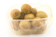 Één kilogram van kiwi in een plastic container Royalty-vrije Stock Afbeelding