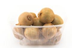 Één kilogram van kiwi in een plastic container Royalty-vrije Stock Foto