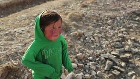 Één klein Mongools meisje in woestijn stock video