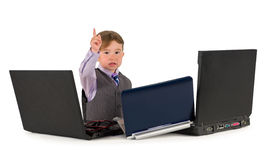 Één kleine kleine jongen die aan laptops werken. stock fotografie