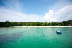 Één kleine vlotter van de passagiersboot op blauw mooi strand en duidelijke hemel in middag royalty-vrije stock foto's