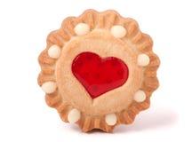 Één koekje met gelei en hart op een witte achtergrond stock foto