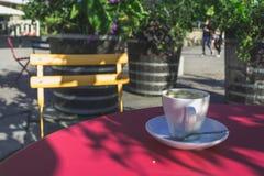 Één Koffiekop met een Gele Stoel bij Zomer Royalty-vrije Stock Fotografie