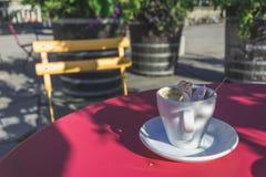 Één Koffiekop met een Lepel en een Verfomfaaid Ontvangstbewijs Royalty-vrije Stock Foto