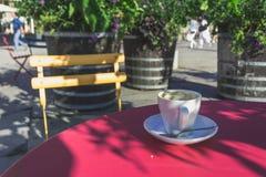 Één Koffiekop met Lopende Voetgangers op de Achtergrond Stock Afbeelding