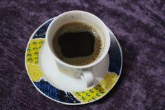 Één kop met een koffie met een lilawapokrivka, een koyato die versheid voor alle tijd en meubilair symboliseren Royalty-vrije Stock Fotografie