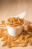 Één Kop van Wholewheat Macaroni stock fotografie
