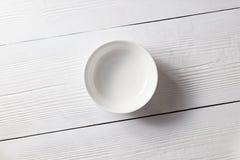 Één lege plaat op een witte houten keukenlijst Hoogste mening stock foto's