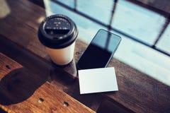 Één Lege Witte Houten Lijst van het Adreskaartjemodel haalt Koffiekop Coworking weg Modern het Bureauglas van het Telefoon Klaar  Stock Fotografie