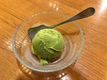 Één lepel van roomijs van de matcha het groene thee royalty-vrije stock foto's