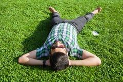 Één maniermens van het Middenoosten met baard, de stijl van het manierhaar rust op de mooie groene tijd van de grasdag Royalty-vrije Stock Afbeeldingen