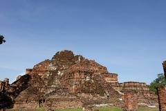 Één meer mening van de rotte tempel op Wat Mahathat-gebied royalty-vrije stock foto