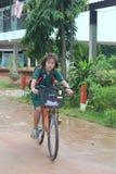 Één meisje berijdt een fiets stock afbeelding