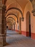 Één mening van het puntperspectief van één van de gangen van ex-klooster Centro Cultural ` Gr Nigromante ` in San Miguel de Allen Royalty-vrije Stock Afbeeldingen