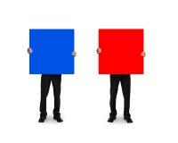 Één mens die blauwe raad houden een andere holdings rode raad Stock Fotografie