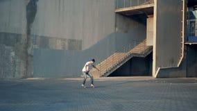 Één mens die stunts met een stad, langzame motie doen stock videobeelden